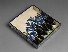 Plat à décor d'iris Ogata Kenzan (1663-1743) XVIII, Edo moulé (technique), terre cuite Hauteur : 0.253 m Largeur : 0.228 m c) RMN, Musée guimet