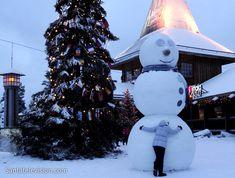 Il pupazzo di neve e il giovane viaggiatore nel Villaggio di Babbo Natale di Rovaniemi in Lapponia