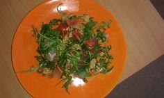 Rukolový salátek se zeleninou, pórkem, kuřecím masem a prosciuttem.