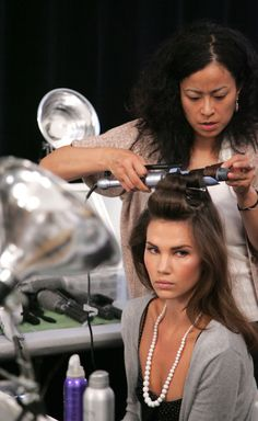 For those of us with hard-to-style hair, making curls last can seem impossible. Cheat your way to a better hair day by learning how to curl your hair properly. In just a few simple steps, you can become the master of your own strands. The secret to l