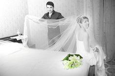 La nostra sposa Nadia indossa un meraviglioso abito in pura seta. Design sofisticato e sensuale, dettagli luxury, insomma esageratamente bella. Glamour, stile Amatelier.  www.amatelier.com
