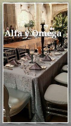 Las mesas rectangulares vuelven de moda otra vez..  Ideal para combinarlas con silla chiavari transparente y bajaplatos de espejo. Alfa y Omega alquileres y banquetes Ahora disponible en nuestra sala de Portal de Bodas Guatemala Te Esperamos!!!