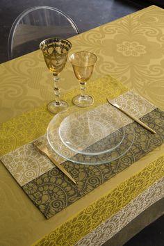 ...der Einfluss dieses neuen spektakuleren Designs ist auf die die rusisschen Stickereien zurück zu führen - hier in gold/gelb   Material: 100% Baumwolle   Pflegehinweise: 60° waschbar Trockner geeignet Bügelstufe III