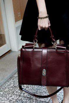 burgundy bag for fall street style