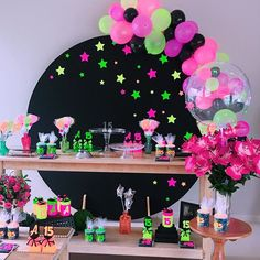 The anniversary is extra special. Check inspirations and tips for organizing a party 15 years simple and unforgettable! Neon Birthday, 13th Birthday Parties, Birthday Party For Teens, 14th Birthday, Birthday Balloons, Birthday Party Themes, Baseball Birthday, Baseball Party, Neon Party Decorations