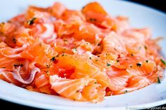 Rezept zum Lachs beizen - ganz einfach zu Hause. Gewürzt mit Zitrone und Kräutern, dazu Zitronen-Creme-Sauce.