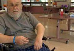 """28-Jul-2014 8:17 - VERLAMDE MAN DRINKT 7 DAGEN UIT WC. Een Canadese man heeft na een beroerte een week lang overleefd op water uit zijn wc-pot. De 62-jarige Steve Adsley uit Dawson Creek zakte op 26 juni in elkaar in zijn badkamer. """"Ik kon daarna niet meer opstaan, omdat de linkerkant van mijn lichaam volledig was verlamd"""", vertelt hij tegen omroep CBC. Urenlang riep Adsley om hulp, maar niemand hoorde hem. Bovendien lag zijn mobiele telefoon nog in de woonkamer. Tegen de avond besefte..."""