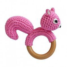 Eichhörnchen-Rassel auf Beißring aus Holz (Rosa) Gehäkeltes Greifspielzeug - aus der Produktlinie Spielzeug auf Sindibaba.com
