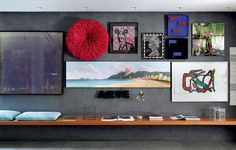 No projeto de Silvia Cavalcante e Flavia Torres, diferentes obras de arte pontuam a parede. Um assento, engastado nela, explora a horizontalidade