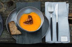 Gardžios spalvos ir salsvo skonio moliūgo sriuba patiks ir dideliems, ir mažiems. Ją pagardinti galėsite tarškia kepta šonine ir netikėtu ingredientu – klevų sirupu. Ingredientai 1 vidutinio dydžio moliūgas Vištienos ...