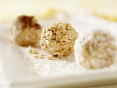 The 25 best snacks for weight loss - No-bake oatmeal bites - Oatmeal is a low-fat, high-protein superfood that your body digests slowly -- meaning you'll stay satisfied longer because of all of its bulky soluble fiber. Oatmeal Bites, Baked Oatmeal, Banana Bites, Granola Bites, Oatmeal Cookies, Muesli, Garam Masala, Protein Bites, Protein Superfood