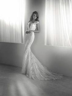 RITMO: Élégante mais sensuelle. C'est ainsi que l'on peut qualifier cette jolie robe de mariée à silhouette sirène qui s'accompagne d'une incroyable surjupe amovible. Collection Pronovias 2018