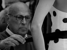 The Couture Council Lauds Oscar de la Renta / Oscar de la Renta puts the finishing touches on one of his creations