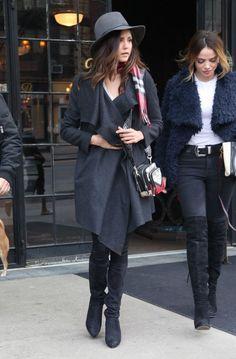 Dica de look pro frio com inspiração no estilo da atriz Nina Dobrev: poncho, notas e chapeu, em look escuro, não tem como errar.