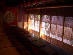 写真提供:金沢市  金沢には城下町の風情を現在もそのまま残した茶屋街がいくつかあり、そのうちの一つで「卯辰山寺院群」と女川で親しまれる「浅野川」の間にある最も大きい規模の茶屋街が「ひがし茶屋街」です。  今回は、そんなひがし茶屋街で人気のカフェをご紹介いたします。    ■ この記事で紹介している金沢「ひがし茶屋街」の人気カフェ一覧...