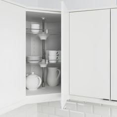 UTRUSTA pone en orden los armarios de tu cocina con dos baldas giratorias que permiten guardar tu vajilla.