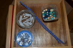 Fabriquer des glaçons et réinvestir lespailles coupées. Perles,cure-pipes, paillettes. À suspendre au plafond pour décorer la classe. Motricité fine.