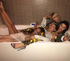 Kendall Jenner, Bella Hadid, Joan Smalls, and Hailey Baldwin Recreate Iconic Bathtub Shot at Cannes Hailey Baldwin, Kourtney Kardashian, Kardashian Jenner, Bella Hadid, Looks Style, Looks Cool, Cannes, Shooting Photo Amis, Mode Kylie Jenner