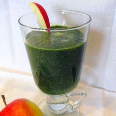 Healthy spinach smoothie, such an easy and delicious way to get your all important folic acid! Click here for the surprisingly yummy recipe!