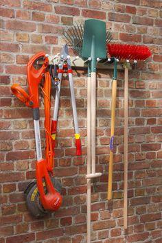 Dennenhouten plank met 10 stalen haken voor het opbergen van al je tuinmateriaal. Geschikt voor binnen of buiten.