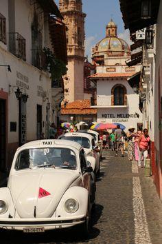 RoundMexico: Taxco taxis.