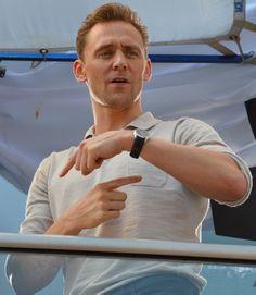 Tom Hiddleston at SDCC 2015. Source: http://hollywoodnewssource.com/comic-con-pics-tom-hiddleston-arrow-the-walking-dead-cast-more/#.WJoN9_LQNNZ Full size image: http://hollywoodnewssource.com/wp-content/uploads/2016/07/DSC_0754.jpg