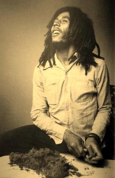 Bob Marley chops up herb for another spliff Image Bob Marley, Bob Marley Legend, Reggae Bob Marley, Marley Fest, Cannabis, Bob Marley Pictures, Marley Family, Rasta Man, Jah Rastafari