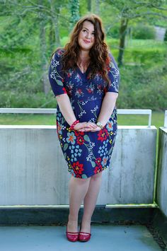 Große Größen Plus Size Fashion Blog - vintage retro plus size dress - blue with flowers