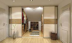 Begehbarer Kleiderschrank unter einer Dachschräge mit Schiebetüren nach Maß