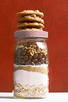Why choose between raisin oatmeal cookies or chocolate chip oatmeal cookies when you can have both?! #cookiesinajar #masonjargifts #christmasgiftideas #christmasgiftsforfriends #holidaybaking #bhg Cookie Mix In A Jar Recipe, Mason Jar Cookie Recipes, Mason Jar Cookies, Mason Jar Meals, Mason Jar Gifts, Meals In A Jar, Cookie Jars, Chocolate Chip Cookie Mix, White Chocolate Cookies