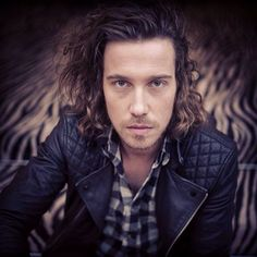 Julien Dore is known for his playful approach to music, and his penchant for making downright wacky music videos. Get to know this singer and sex symbol. Jon Snow, Beautiful People, French, Talents, Teaching Ideas, Classroom Ideas, Singers, Sport, Facebook