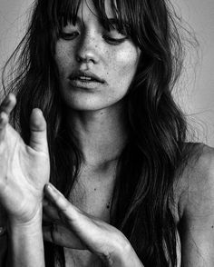 Black and white port Black and white portrait of a young woman with freckels. Black And White Portraits, Black And White Photography, Pretty People, Beautiful People, Belleza Natural, Freckles, Hair Inspiration, Sunday Inspiration, Portrait Photography