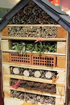 Le bois de palette un matériau pour tout faire, dans ce cas une réalisation pour un hôtel à insectes. Réalisation lors du salon du végétal pour les graines woltz. Une structure simple des morceaux de palettes simplement empilée et cloutée pour former...