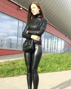More lovely ladies squeezed into snug, tight leather pants and shiny leather-look leggings: . Tight Leather Pants, Leather Mini Skirts, Leather Dresses, Leather Jacket, Shiny Leggings, Leggings Are Not Pants, Leder Outfits, Winter Mode, Sexy Latex