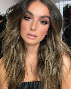 Ombré hair color for brunette with soft tones and messy texture hair style Make Up Looks, Professionelles Make Up, Caramel Ombre Hair, Brown Ombre Hair, Ombre Hair Color For Brunettes, Brunette Color, Estilo Madison Beer, Ombré Hair, How To Draw Hair