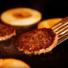 丁寧に焼き上げてます! 『USプレミアムビーフ&ベーコンチーズバーガー』  | ZEST Cantina ゼスト キャンティーナ | Tex-Mex テックスメックス | Tokyo 東京 | Restaurant レストラン | GLOBAL-DINING グローバルダイニング Grill Pan, Steak, Grilling, Food, Griddle Pan, Crickets, Essen, Steaks, Meals