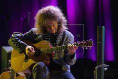El guitarrista estadounidense de jazz, Pat Metheny, durante su actuación en la última noche del 40 Festival de Jazz de Vitoria-Gasteiz. EFE