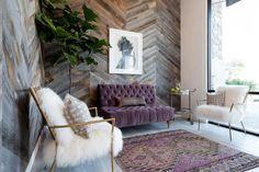 Стены современной гостиной можно облицовывать ламинатом с теми же способами укладки, что и пол. В зависимости от этого выбирается тип замочных соединений этого покрытия