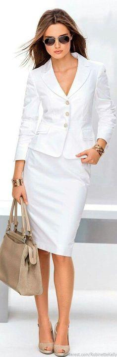 Saco y falda blancos con accesorios en tonos neutros