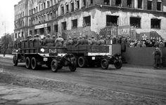 Кёнигсберг. Вид на Штадтхаус (бывшее здание Торгового двора Немецкой Восточной ярмарки) во время проведения первого парада в Кёнигсберге. Сегодня это здание мэрии на площади Победы. Фото 7 ноября 1945 года.