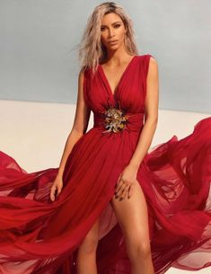 kim kardashian style Social media star Kim Kardashian looks red-hot on the March 2018 cover of Vogue India. Photographed by Greg Swales, the 'Keeping Up with the Kardashians' star poses in a red dress from Jean Paul Gaultier. Kim Kardashian Bikini, Kim Kardashian Red Dress, Kourtney Kardashian, Kim Kardashian Photoshoot, Kim Kardashian Braids, Estilo Kardashian, Robert Kardashian, Kardashian Style, Kylie Jenner