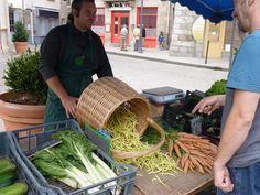 Marché de producteurs de Pays du samedi matin à Monistrol-sur-Loire. Un contact privilégié avec les producteurs locaux au pays du Bon et Bien Manger en Marches du Velay... #marchesduvelay  #hauteloire