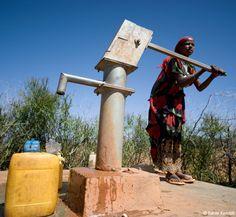 Ein Handpumpbrunnen wie dieser sichert circa 150 Menschen den Zugang zu sauberem Trinkwasser. 1.500 Euro kostet es, ein solchen Brunnen in Äthiopien zu graben und zu installieren. (Foto: Rainer Kwiotek)