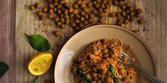 Kasvisspagetti vihannessorvilla – testaa bataattispagettia! Kuva: Lilli Munck #kasvisspagetti #resepti #vegaaninen #bataatti #vihannessorvi Risotto, Shrimp, Meat, Ethnic Recipes, Food, Essen, Meals, Yemek, Eten