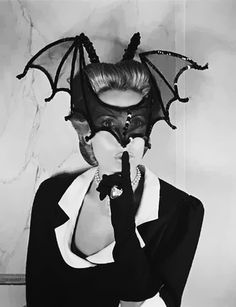 Hélène Rochas photographed by David E. Scherman for attending a masked ball, Paris,1946 (via)