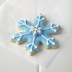 Great tutorial for how to create these beautiful Snowflake cookies - would be beautiful at a Frozen Birthday Party