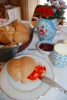 Frühstück daheim - einfach guat mit frischen Semmeln und Marmelade  #food #essen #rezept #recipe #breakfast #frühstück #semmel #bread