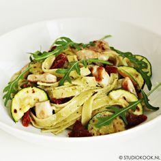 Tagliatelle met romige pestosaus - StudioKOOK Pesto Pasta, Dinner Menu, Good Mood, Spaghetti, Food Porn, Food And Drink, Ethnic Recipes, Foodies, Drinks