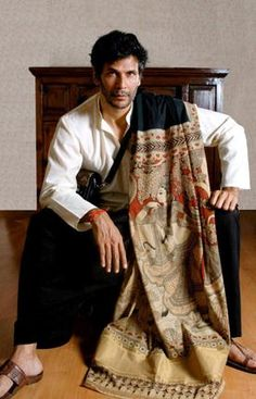 Milind Soman in a khadi bamboo textile kurti with kalamkari stole.he sure can carry the look. Wedding Dresses Men Indian, Wedding Dress Men, Wedding Men, Indian Men Fashion, Men's Fashion, Ethnic Fashion, Kalamkari Kurta, Milind Soman, Mens Ethnic Wear
