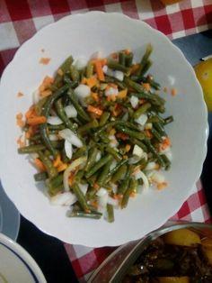 Ensalada de frijoles chinos, zanahorias y cebollas